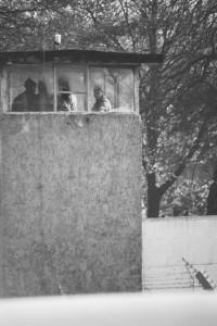 Am selben Tag wurde ebenfalls aus der Gartenstraße auch der Wachturm vor der Pflugstraße 10/4 fotografiert. Die Linde steht noch immer. © Harald Sieber